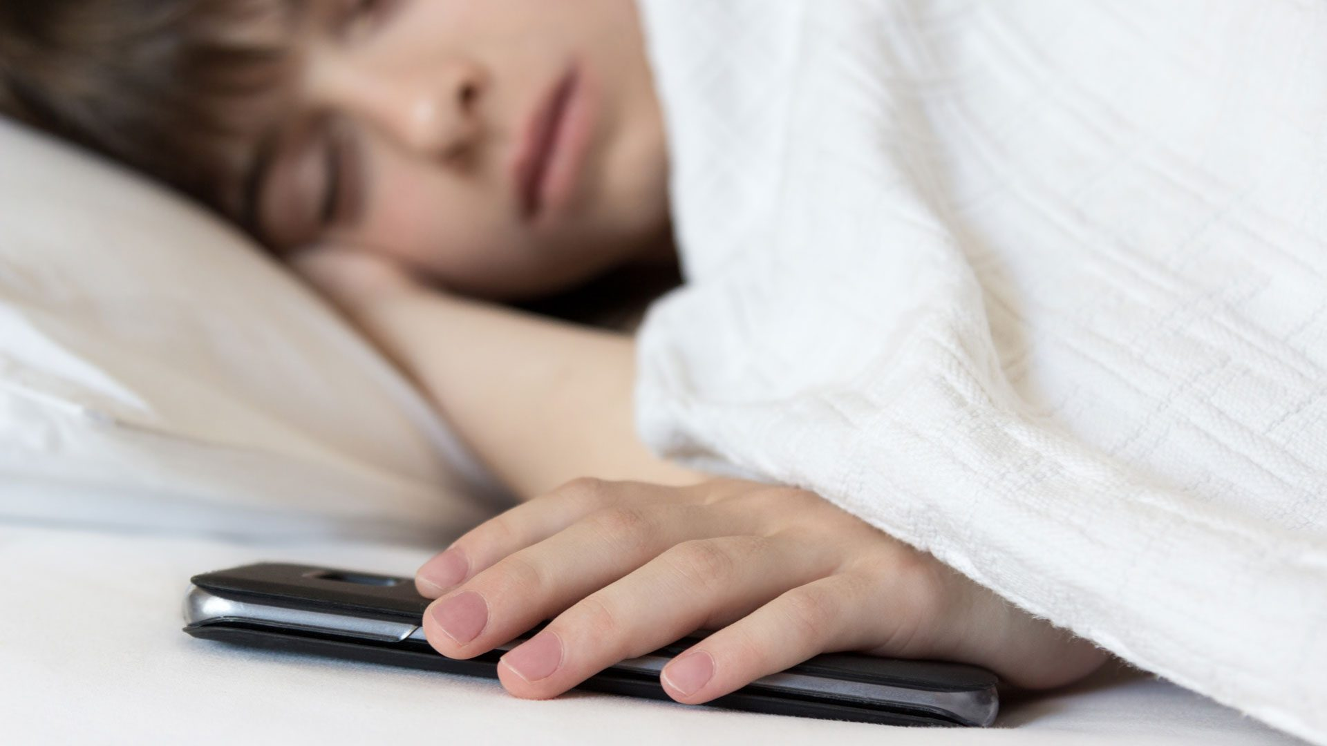 5 reasons why children should not sleep near mobile phones